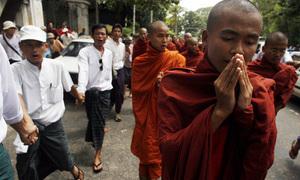 Burmese_monk_protest_2